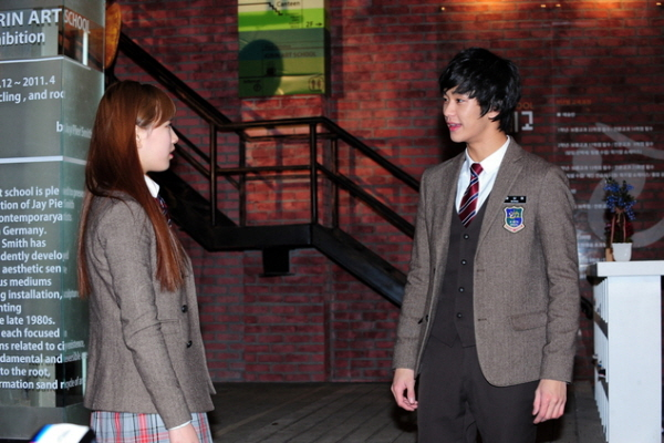 Hyemi goes to Samdong's house to convince him [D...